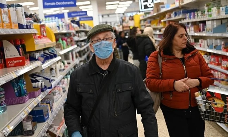 Покупатели в маске и без нее